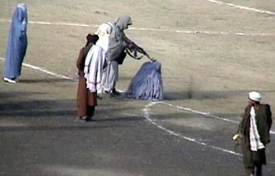 اعدام زن جوان به دست طالبان به جرم زنا/عکس