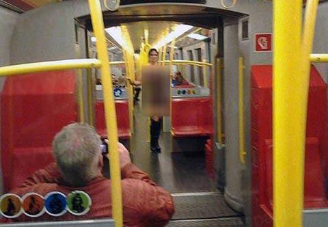 زن برهنه در مترو همه را شوکه کرد!+عکس