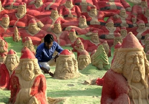۵۰۰ مجسمه شنی بابانوئل در کنار ساحل + تصاویر