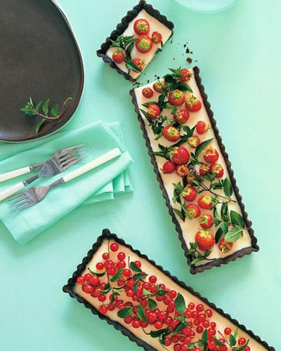 شیرینی شکلاتی با توت فرنگی و انگور قرمز با طعم نعناع برای روز مادر