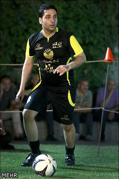 احسان علیخانی در حال فوتبال بازی کردن (عکس)