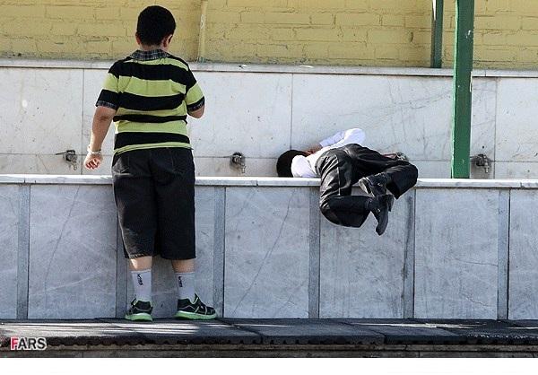 شیوه جالب آب خوردن روز اول مدرسه! /عکس