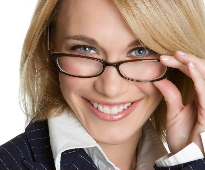 تکینک های آرایشی برای خانم های عینکی