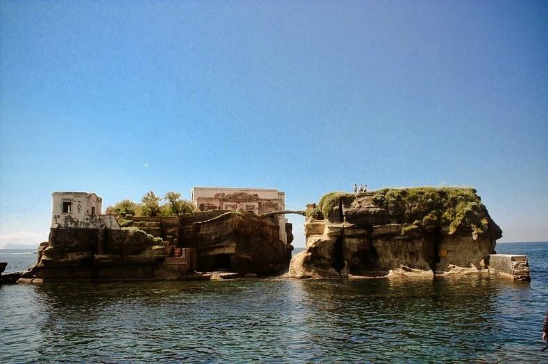 جزیره ای با پلی عجیب و غریب +تصاویر