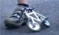 دانلود کلیپ دیدنی دوچرخه سواری با کوچکترین دوچرخهی جهان