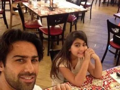 فرهاد مجیدی و دخترش در رستوران /عکس