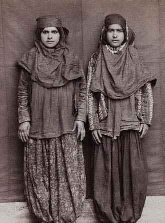 عکسی از دو دختر دوره قاجاری