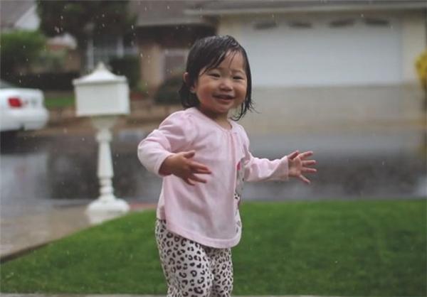 بچه ای که برای اولین بار باران دید +عکس