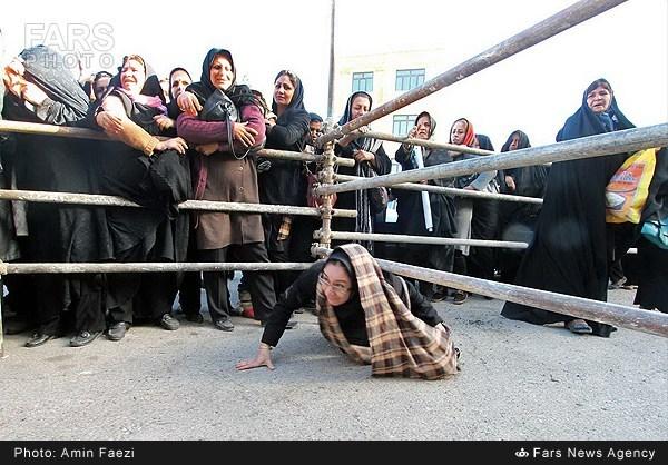 تلاش یک زن برای دریافت سبد کالا! /عکس