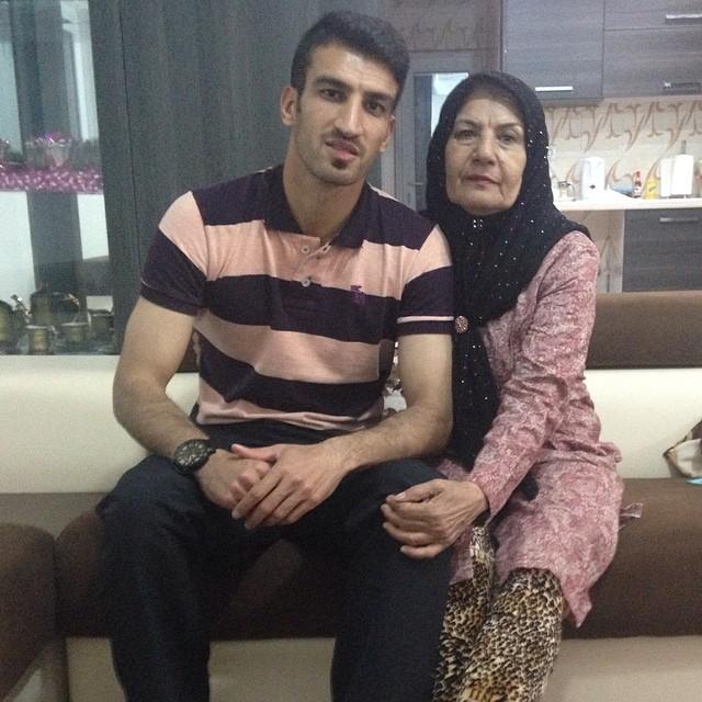 مدافع پرسپولیس در کنار مادر معلمش +عکس