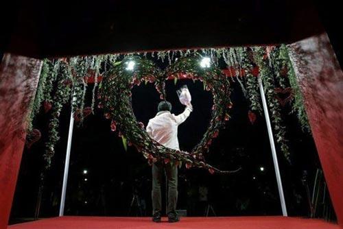 تصاویری جالب از مراسم ابراز عشق به همسر
