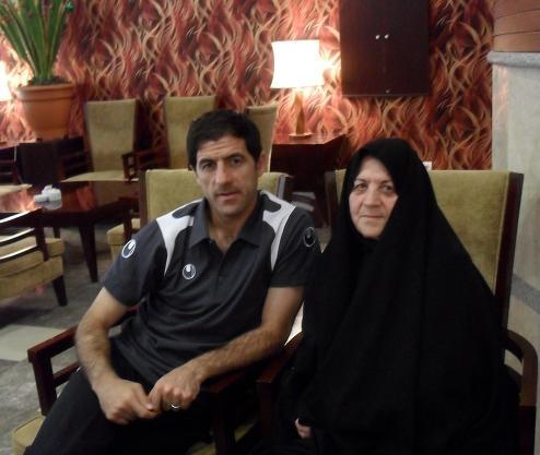 کریم باقری در کنار مادرش /عکس