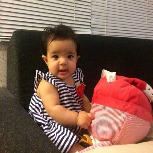 شوق رضا صادقی از نشستن دخترش تیارا /عکس