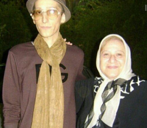 مرحوم مرتضی پاشایی در کنار مادر بزرگش /عکس