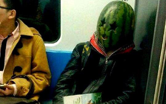 دستگیری مردی عجیب در مترو +عکس