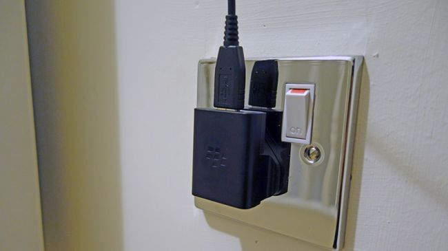 آیا باید شارژر گوشی را پس از اتمام کار از برق بکشیم؟