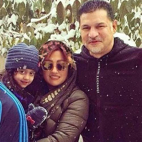 000683 علی دایی و همسر و دخترش زیر بارش برف! / عکس