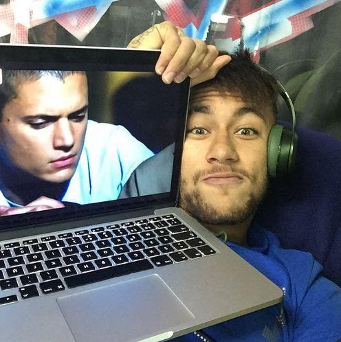 ستاره فوتبال در حال تماشای سریال فرار از زندان! + عکس