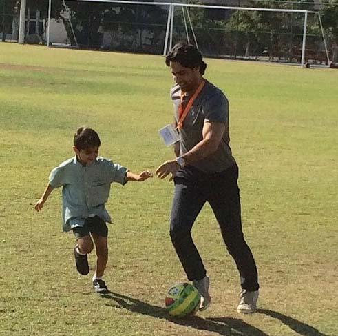 0007115 فرهاد مجیدی در حال بازی با پسرش / عکس