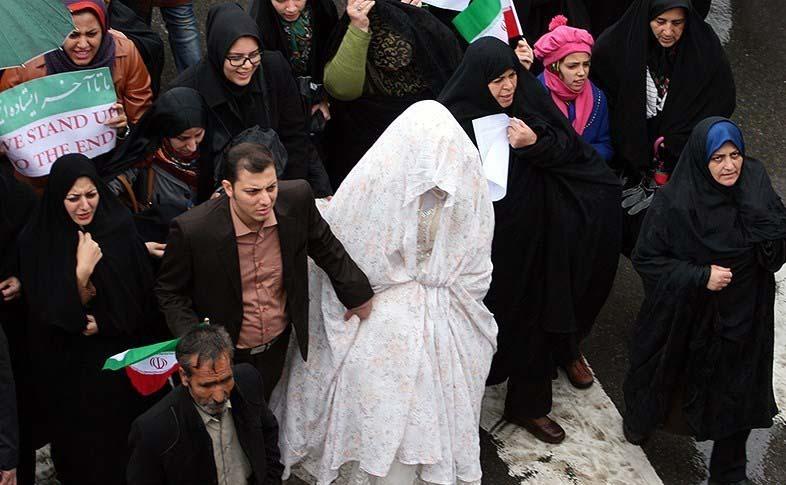 راهپیمایی با لباس عروس / عکس
