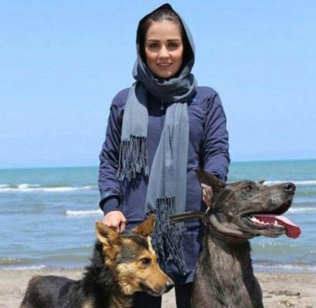 افسانه پاکرو در کنار سگ های غول پیکر! / عکس