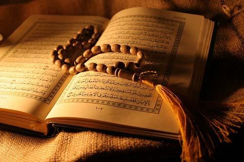 آیا خواندن قرآن هنگام قاعدگی جایز است؟