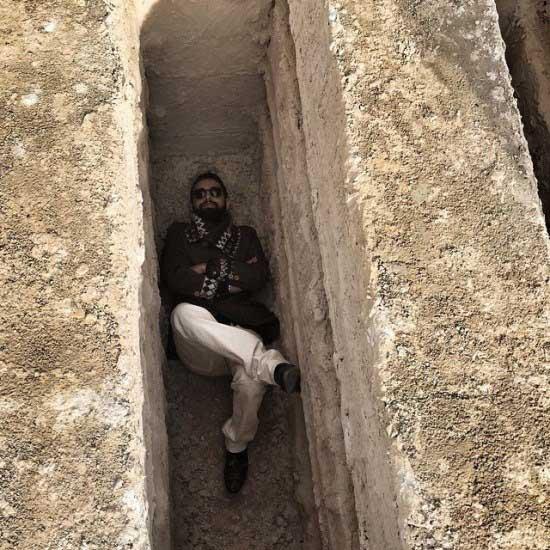محسن افشانی در قبر / عکس