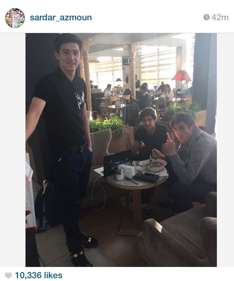 سردار آزمون و دوستان در رستوران + عکس