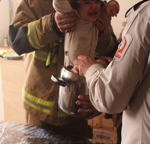 نجات کودک بازیگوش از داخل زودپز + عکس
