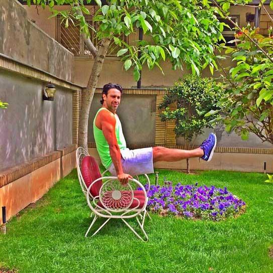 عکس جالب فرهاد مجیدی در حیات خانه اش