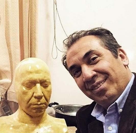سیامک انصاری در کنار مجسمه اش / عکس