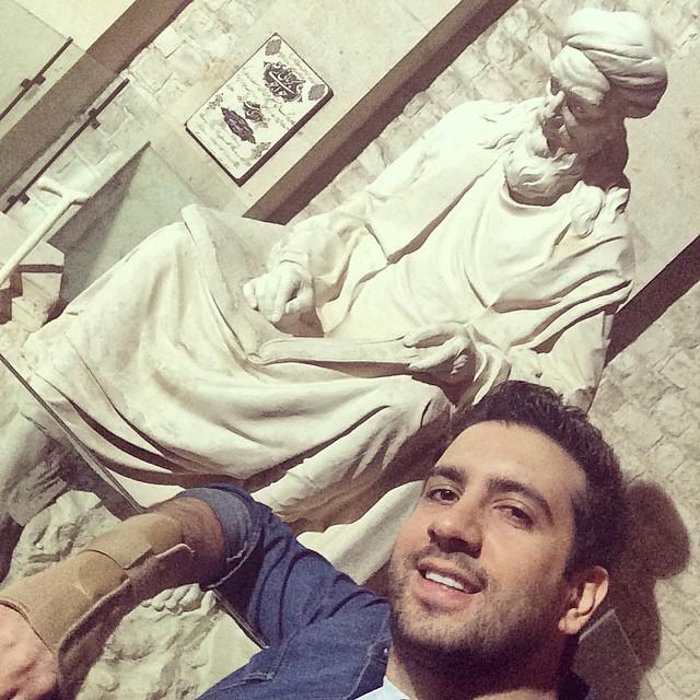 امید حاجیلی در کنار مجسمه خواجوى کرمانى