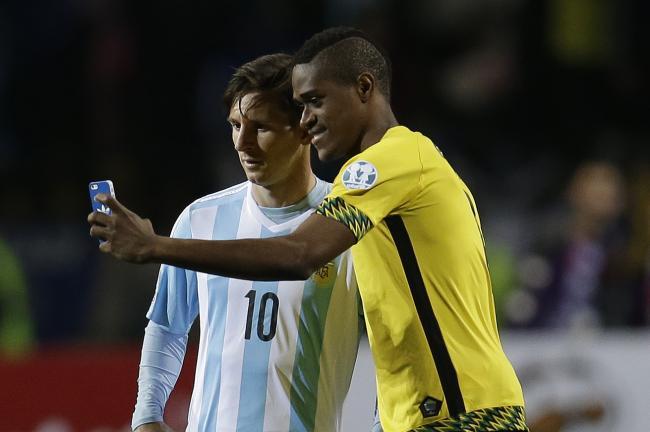 بازیکنان جامائیکا با مسی عکس سلفی گرفتند