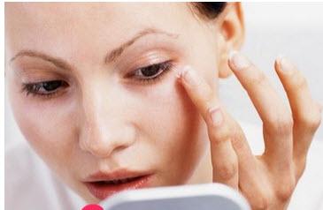 علت سیاه شدن زیر چشم چیست ؟+ درمان