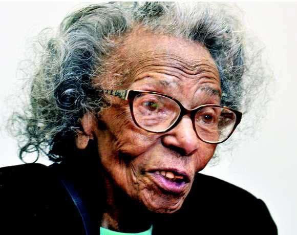یک پیر زن ۹۹ ساله لیسانس گرفت! + عکس