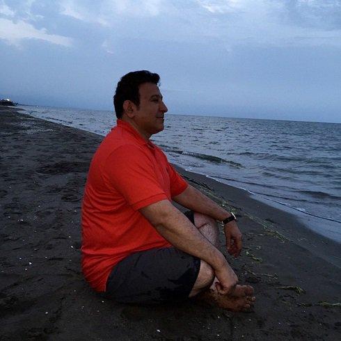 عکس / حسین هدایتی در ساحل دریا