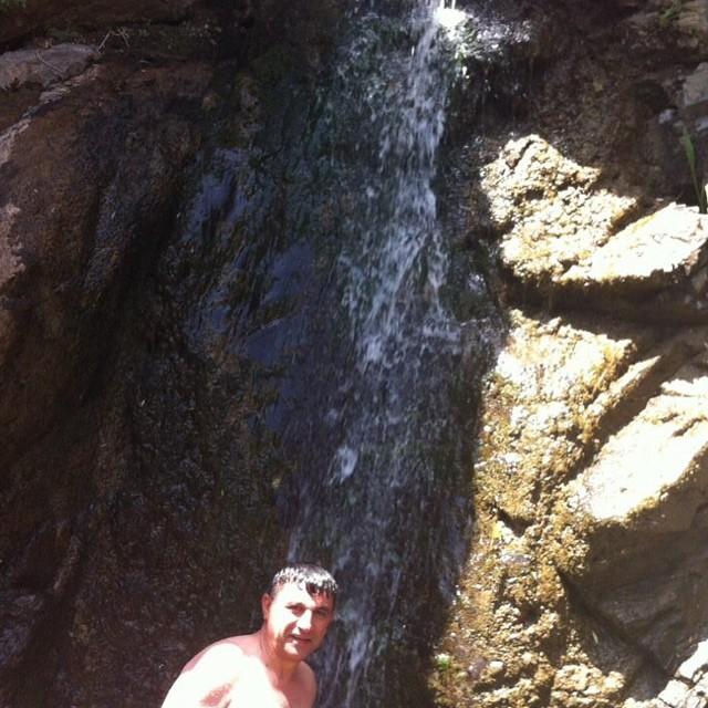 دوش گرفتن امیر قلعه نوعی زیر آبشار !+عکس