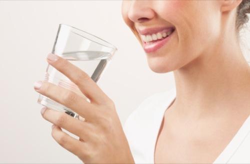 آب نوشیدن در صبح ناشتا چه فایده ای دارد؟