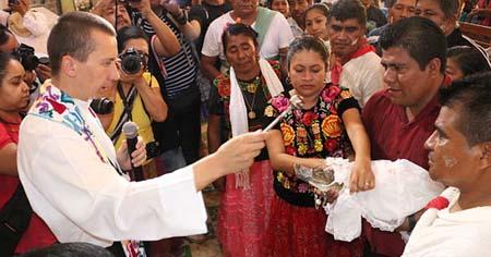ازدواج عجیب یک دختر با تمساح! + عکس