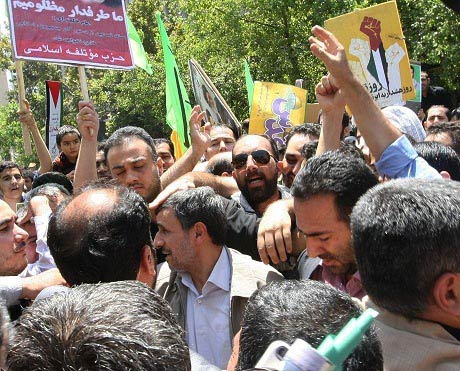 خیس شدن احمدی نژاد در راهپیمایی روز قدس! + عکس