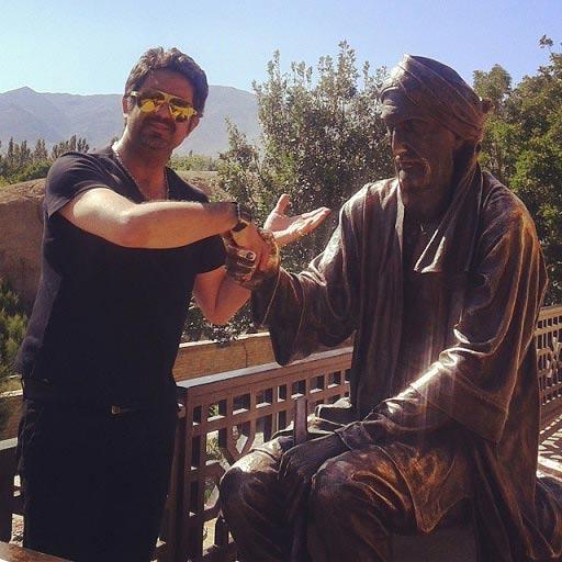 دست دادن بازیگر مشهور ایرانی با یک مجسمه! / عکس