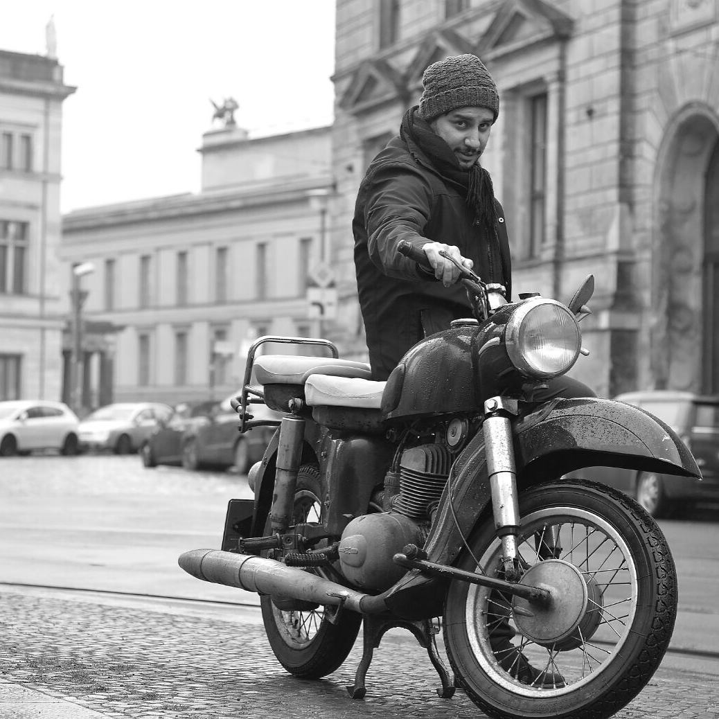 عکس جواد عزتی و موتورش