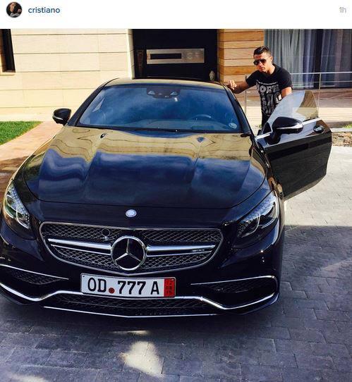 کریس رونالدو در کنار ماشینش! / عکس