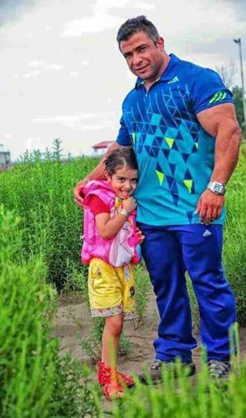 زنده یاد بیت الله عباسپور در کنار دخترش / عکس