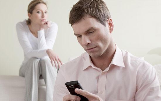 ارتباطات مجازی همسرتان مشکوک است؟