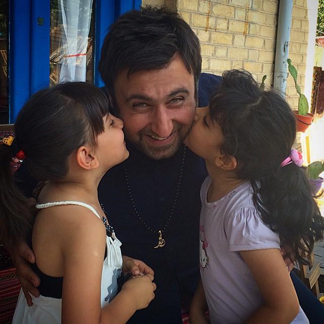 محمد علیزاده در کنار دو دختر زیبا / عکس