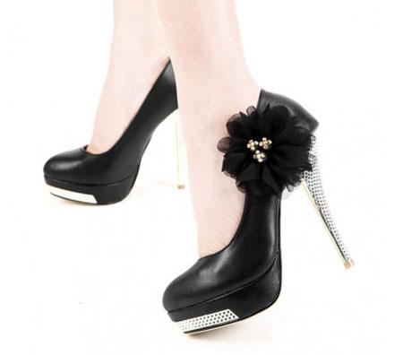 کفش مجلسی با پاشنه فوق العاده نوک تیز