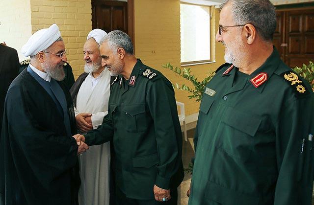 دست دادن رئیس جمهور با سردار سلیمانی / عکس