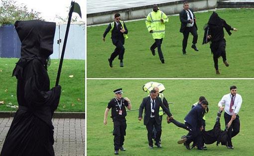 دستگیری ابلیس در ورزشگاه! + عکس