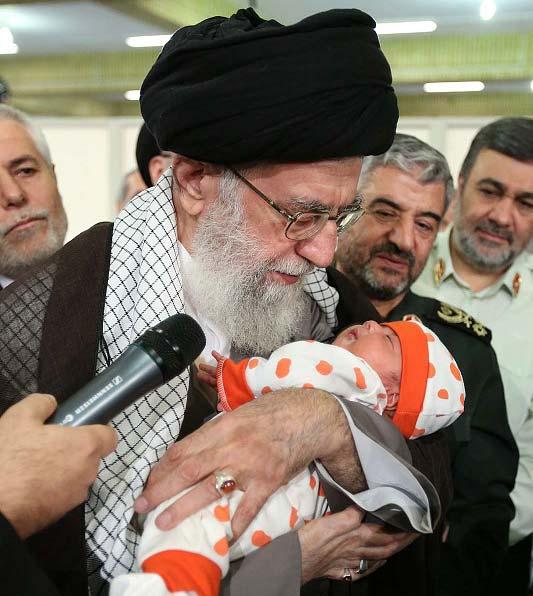 اذان رهبر انقلاب در گوش نوزاد + عکس